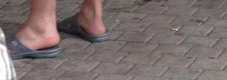 jeune larbin leche pieds pour vieux couple!
